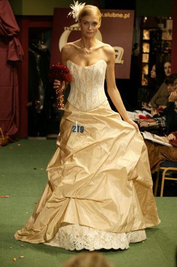modne suknie ślubne i garnitury, pokaz mody ślubnej, najnowsze kolekcje, najmodniejsze suknie i garnitury